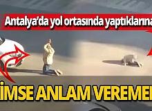 Antalya'da kavşağın ortasına oturan adam araçlara geçit vermedi