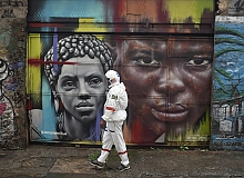 Brezilya'nın Rio de Janeiro kentinde koronavirüsten korunmak için astronot oldu