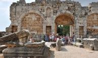 Üç turistten en az biri Perge Antik Kenti'ni görecek