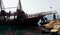 Antalya'da tekne kayalıklara çarptı