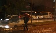 Beklenen yağmur Antalya'ya geldi