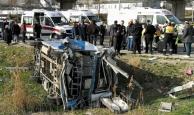 Yolcu minibüsü kamyonla çarpıştı