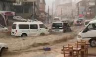 Sel nedeniyle onlarca araç sürüklendi