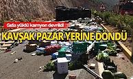 Antalya'da gıda ve ihtiyaç malzemeleri yüklü kamyonun devrildi