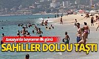 Antalya'da bayramın ilk gününde sahiller doldu taştı