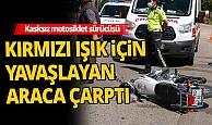 Kasksız motosiklet sürücüsü ölümden döndü