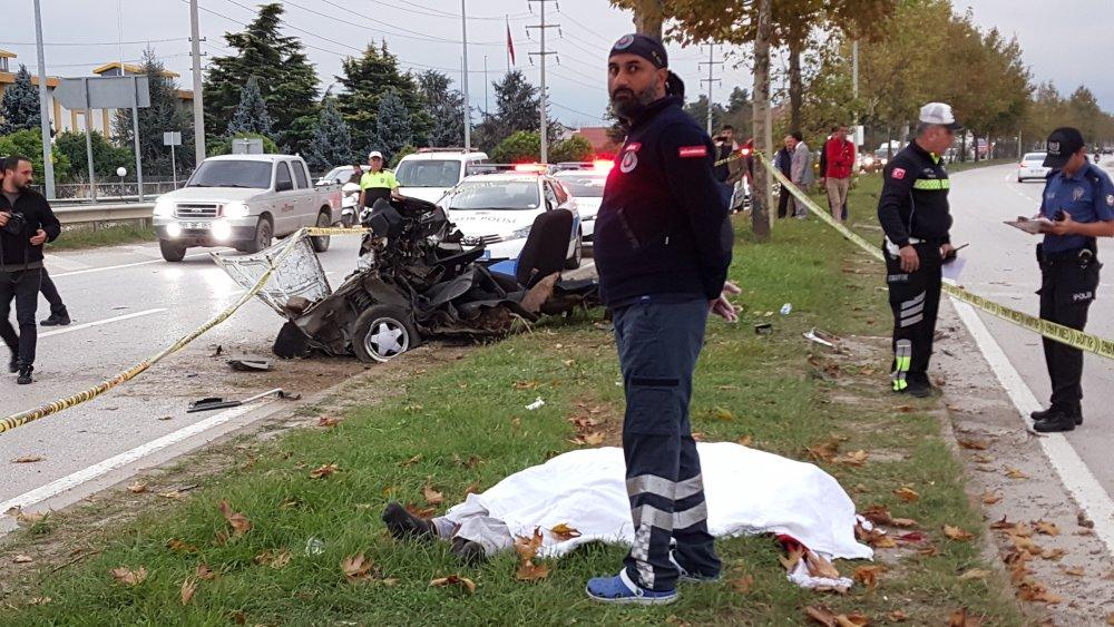 Düzce-Akçakoca D-655 karayolunda sürücüsünün direksiyon hakimiyetini kaybettiği otomobil, refüjdeki ağaçlara çaptı. ile ilgili görsel sonucu