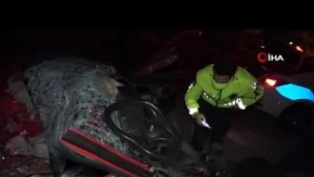 Antalya#039;da kamyonet ile otomobil kafa kafaya çarpıştı! 2 kişi hayatını kaybetti