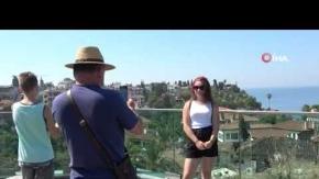Antalya kent merkezi aylar sonra ilk turist kafilesini ağırladı
