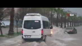 Antalya'da şiddetli yağış ve fırtına hayatı felç etti!