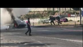 Işıkta bekleyen otomobil alev alev yandı