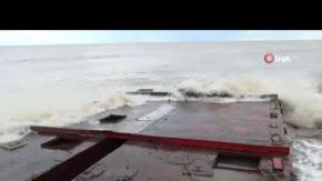 Sahile vuran dev demir platform, görenleri şaşkına çevirdi