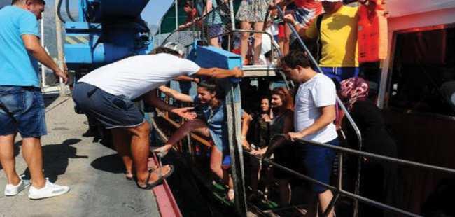 Tur teknesi batma tehlikesi geçirdi