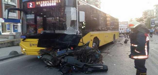 Otomobil belediye otobüsünün altına girdi