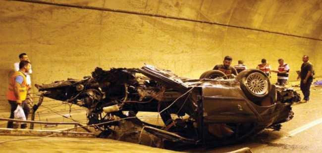 Otomobil tünelde bariyere çarptı