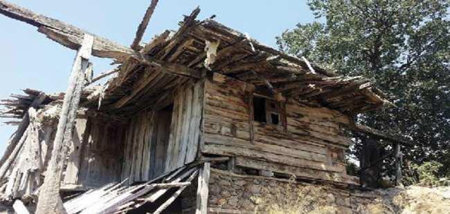 Asırlık evler yok oluyor