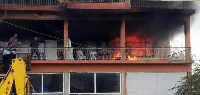 Ev yangınına kepçeyle müdahale