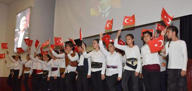 'Şu Çılgın Türkler'i sahnelediler