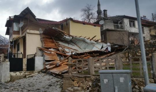 Akseki'de fırtına evin çatısını uçurdu