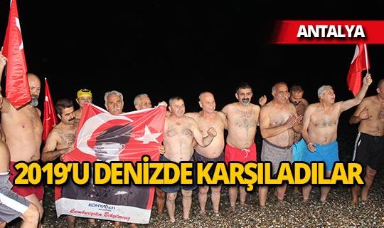 Antalya'da 2019'u denizde karşıladılar