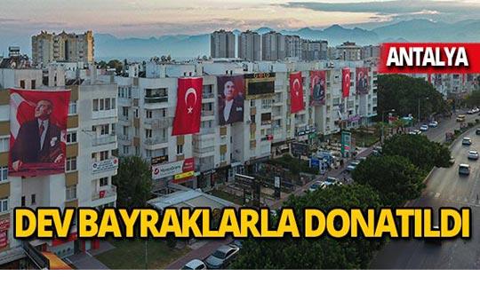 Antalya'da o cadde kırmızı beyaza boyandı
