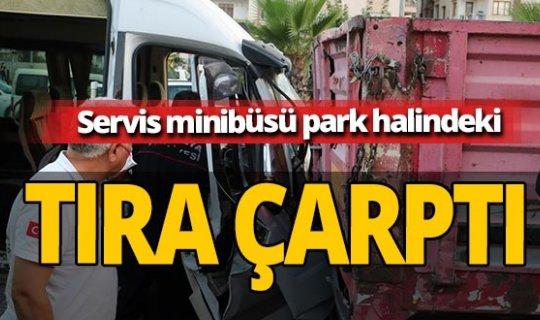 Antalya haber: Servis minibüsü park halindeki tıra çarptı
