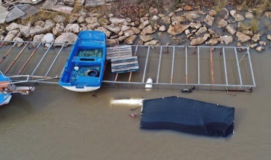 Antalya'da dev dalgalar çay üzerindeki tekneleri batırdı