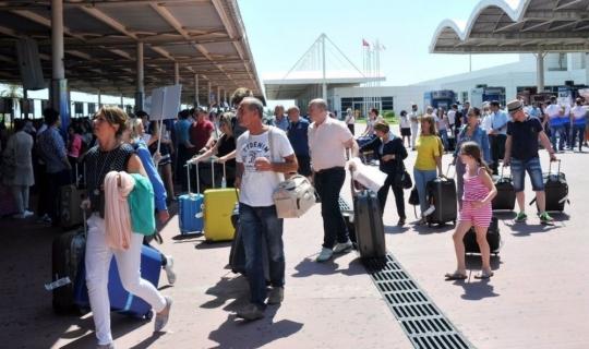 """Antalya'da günlük yolcu rekoru: """"85 bin turist"""""""