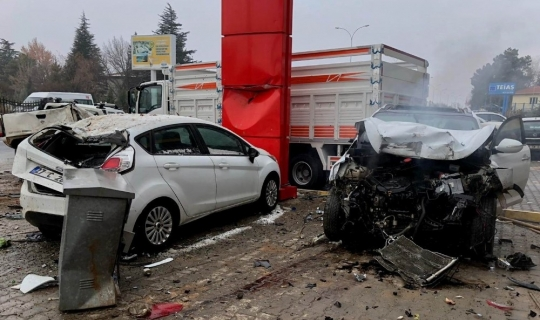 Aşırı süratli otomobil 3 araca çarptı