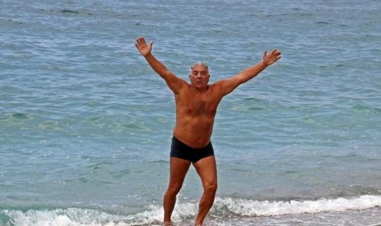 Boğuldu sanılan yaşlı adam, kıyıya çıktığında zafer pozu verdi