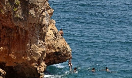 Çocukların falezlerde tehlikeli deniz keyfi
