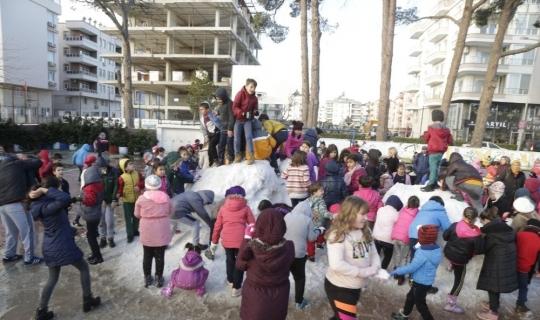 Kar yağmayan Demre'ye öğrenciler için kamyonla kar getirildi