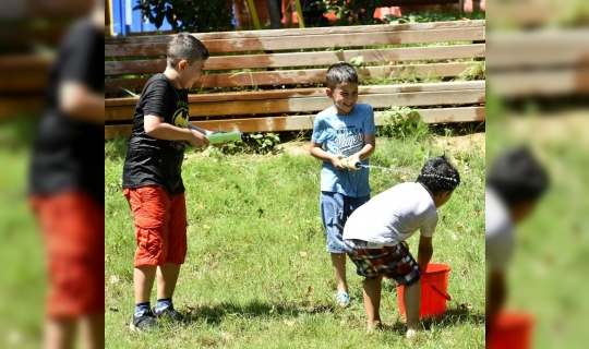 Karne alan çocuklar su savaşıyla eğlendi