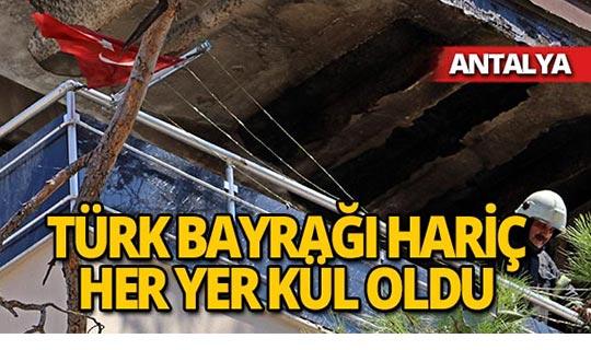 Küle dönen evde Türk Bayrağı'na zarar gelmedi