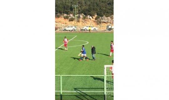 Maç sırasında Sahaya  Köpek  Girdi