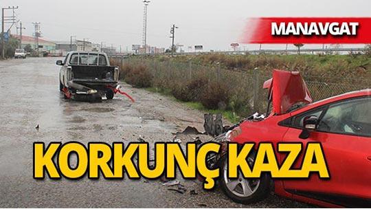 Manavgat'ta feci kaza : Otomobil hurdaya döndü!