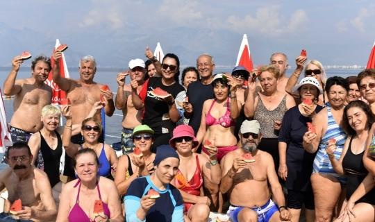 Muratpaşa Belediyesi'nden falez plajında su jimnastiği