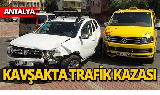 Otomobil ile taksi çarpıştı! Yaralılar var