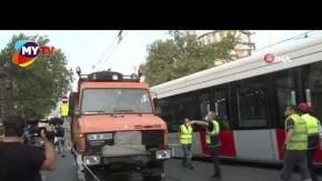 Tramvay ile tur otobüsü çarpıştı