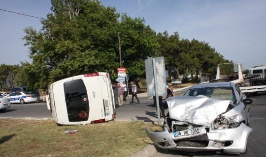 Tur minibüsünün otomobille çarpışıp devrildiği kaza ucuz atlatıldı