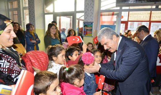 Vali Akın, öğrencilere yarıyıl karnelerini dağıttı