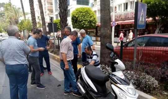 Yayaya yol vermek için duran motosiklete otomobil çarptı