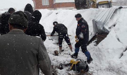 Yoğun kar yağışına dayanamayan ahırın tavanı çöktü