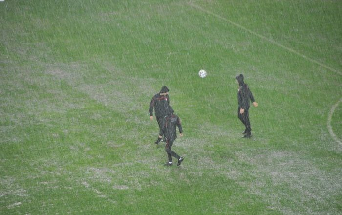 SON DAKİKA! Antalyaspor-Hatayspor maçı aşırı yağışa teslim oldu