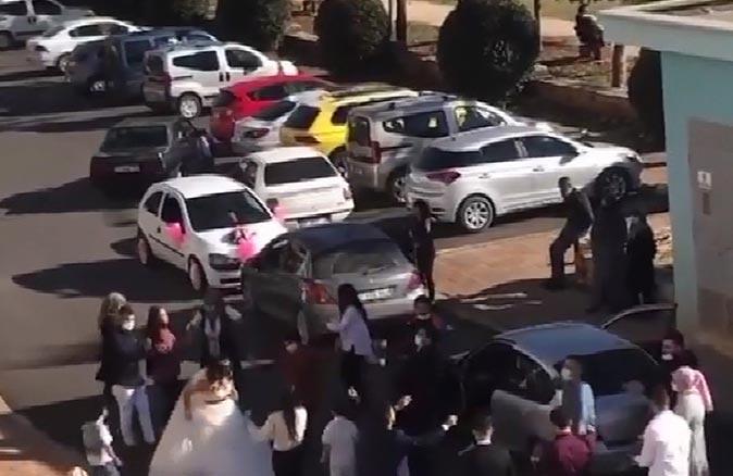 Antalya'da koronavirüse aldırmadan sokak ortasında düğün eğlencesi yaptılar