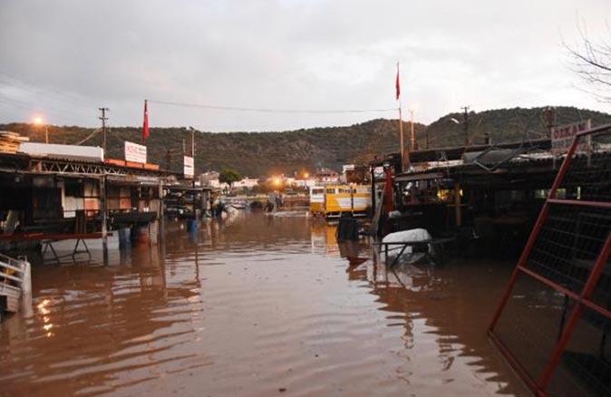 Antalya'da sağanak yağış sele neden oldu