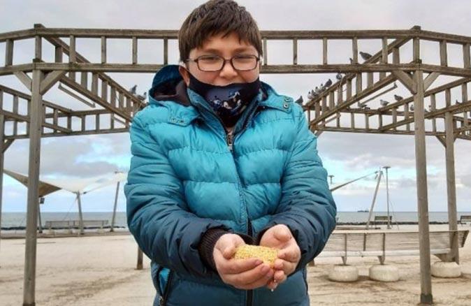 Yaşı küçük, gönlü büyük çocuk yüzlerce kuşu elleriyle besledi