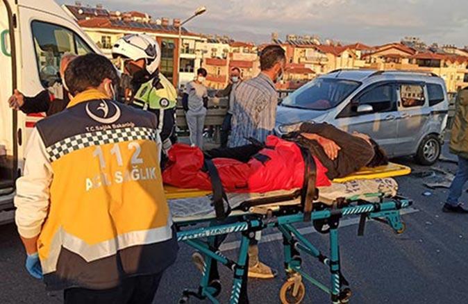 Antalya'da motosikletli gençlere araba çarptı
