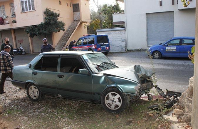 Antalya'da kontrolden çıkan otomobil bahçe duvarına çarptı