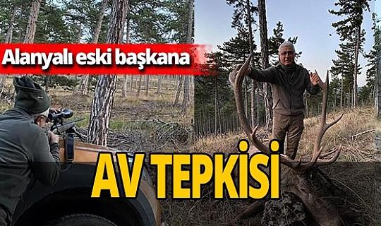 Alanya Güzelbağ beldesi eski Belediye Başkanı Mehmet Kula kızıl geyiği vurup fotoğraflarını paylaştı